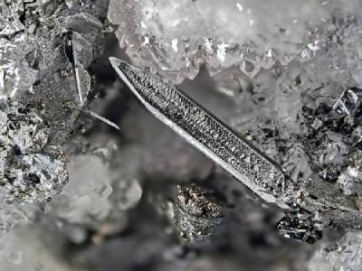 Propriétés et photos de la pierre de santé acanthite lithothérapie cristallothérapie sur www.pierresdesante.com