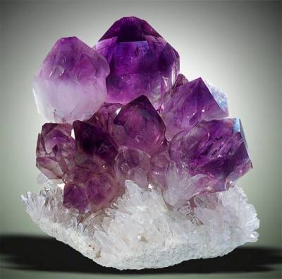 L'améthyste cristal très puissant et protecteur est la pierre associée à l'archange Jérémiel, c'est un outil de premier choix pour de nombreux guérisseurs, cette pierre violette a la réputation d'aider à se désintoxiquer - www.pierresdesante.com