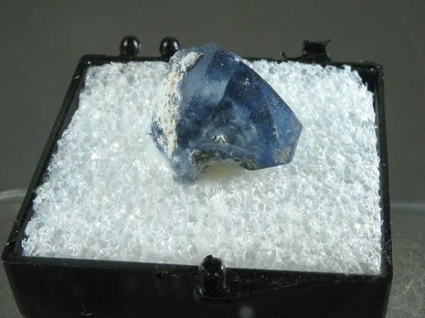 photo pierre bénitoïte une pierre bleue benitoite lithothérapie
