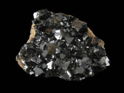 Propriétés, vertus et photos de la pierre magnétite en lithotherapie sur www.pierresdesante.com